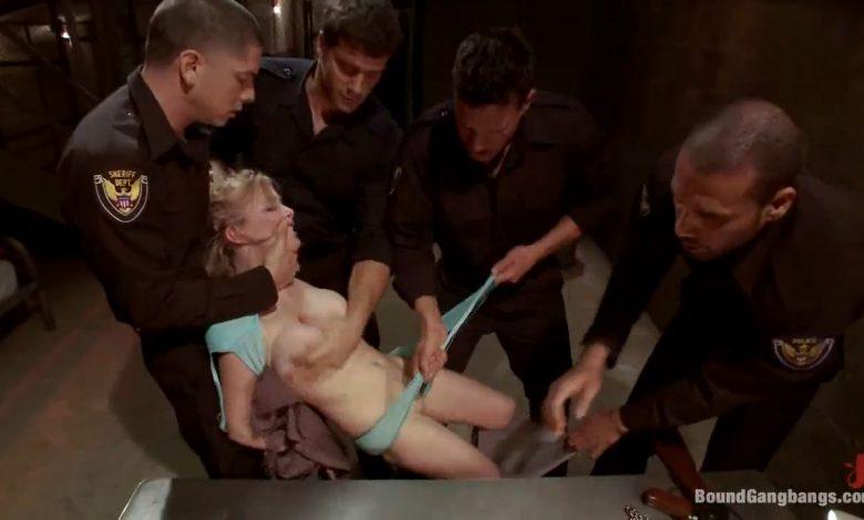 Photo of หนังxxxเต็มเรื่องตำรวจรุมข่มขืนผู้ต้องหาสาวสวยในห้องขัง